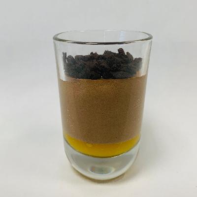 Mousse au Chocolat auf Mandarinenpüree mit Gebäckstückchen